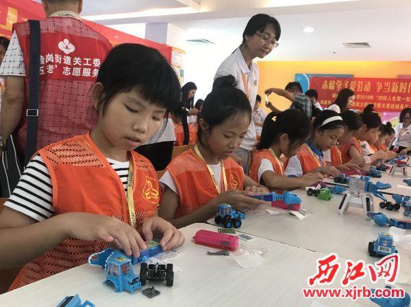 參與活動的學生在組裝玩具。 西江日報記者 潘粵華 攝