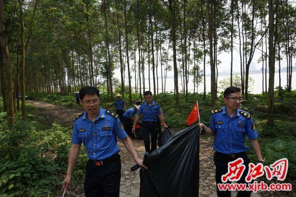 高新區城管黨員干部開展志愿活動。 西江日報通訊員 供圖
