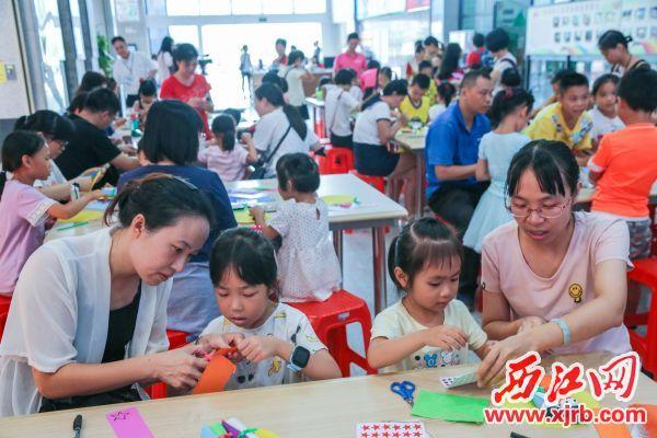 昨日,在肇庆市图书馆,小朋友们与市民了解七夕节由来,并手工制作牛郎织女布偶 纪念七夕民俗节日。 西江日报记者 曹笑 摄