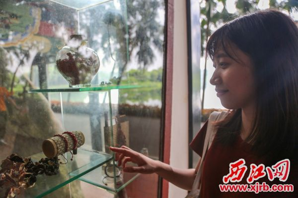 七夕这天市民游客在七星岩红豆亭观看红豆展览,了解红豆文化。西江日报记者 曹笑 摄