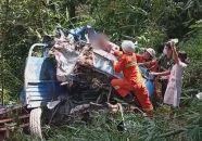 货车掉入路边坑 高要消防急救援