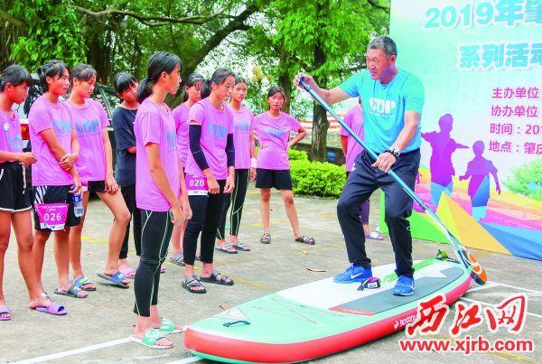 教练向队员们讲解基本动作要领。 西江日报记者 曹笑 摄
