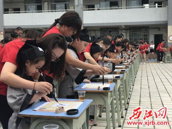 肇庆高新区中心小学学生在开笔礼上练习毛笔字。 受访单位供图