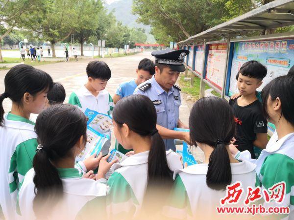 何伟杰在宣传禁毒知识。 西江日报通讯员 摄
