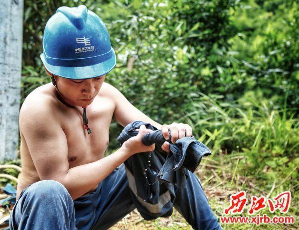 7月23日,肇庆鼎湖供电局的施工人员在高温的炙烤下,汗水浸透了衣裳,只为点亮山村八户村民的新家。 梁智相 摄