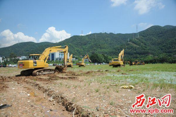 在高济医疗·广东邦健总部综合体项目奠基后,各种机械马上动工作业。