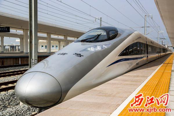 停靠在站台的高铁列车,正如鼎湖的经济,蓄势待发。西江日报通讯员 黄彩勤 摄