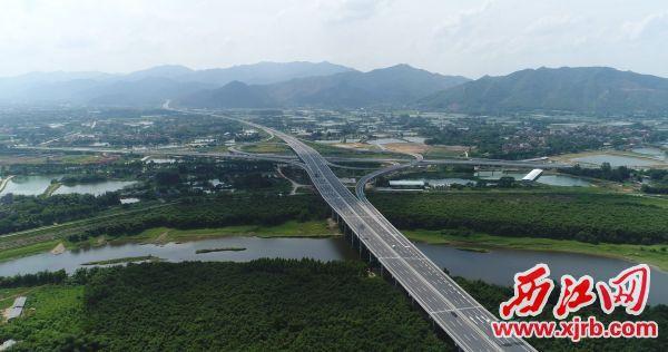 珠外环高速(肇花高速)直达四会市城市发展核心区。 何洪锋 摄