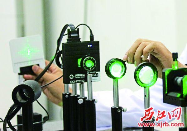 长春理工大学光电研究院科研人员正在进行物理光学实验。
