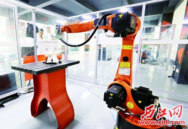 肇庆高新区科研人员正在操作机械手臂作业。