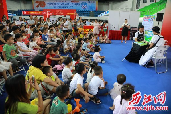 企鹅妈妈阅读馆吸引众多读者参加。  西江日报记者 刘春林 摄