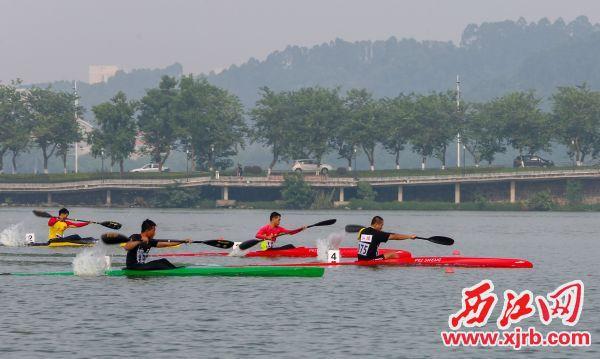 运动员在比赛中奋勇拼搏。 西江日报记者 曹笑 摄