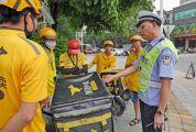 市交警开展交通整治提升行动 严查摩托车、非机动车 和行人交通违法行为
