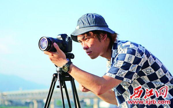 在拍摄中的邓梓豪。 西江日报记者 吴威豪 摄