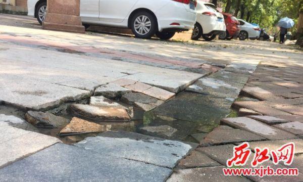 破损的路面。 西江日报记者 杨永新 摄