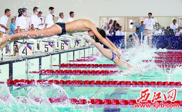 运动员在男子G组4x50米自由泳接力决赛中。 西江日报记者 梁小明 摄