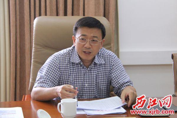 副市长唐小兵主持会议并讲话。 记者 岑永龙 摄