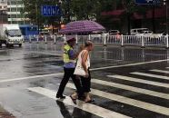 市民为值勤民警买伞遮风雨