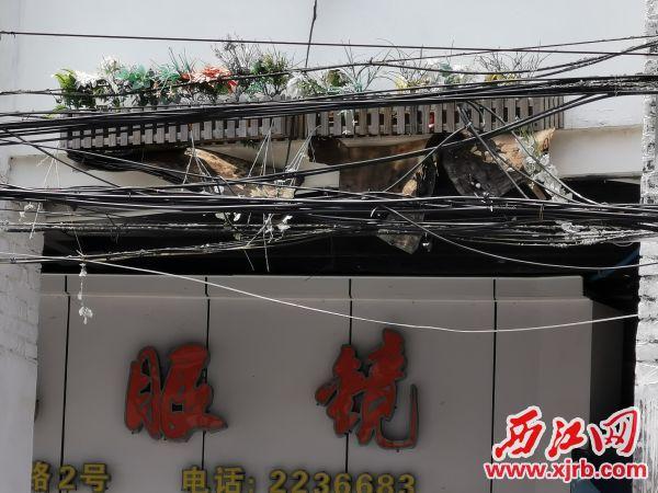 骑楼外墙花架松动。 西江日报记者 杨丽娟 摄