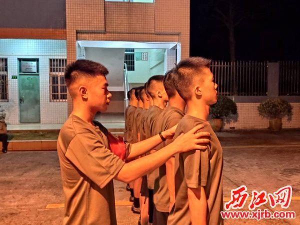 四会准新兵夜训,教官纠正准 新兵军姿。 通讯员 吴梓恒 摄