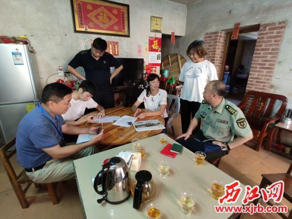 四会市人武部工作 组进村入户对准新兵进 行家访活动。 通讯员 供图