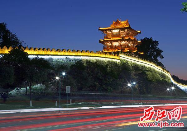《宋城墙披云楼夜色》。西江日报记者 刘春林 摄
