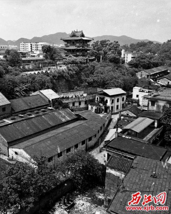 1992年,在重重民居包围中的宋城墙与披云楼。 西江日报记者 朱健兴 摄