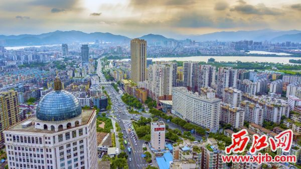 如今新世纪娱乐:城区,高楼林立,交通便捷。 西江日报记者 曹笑 摄