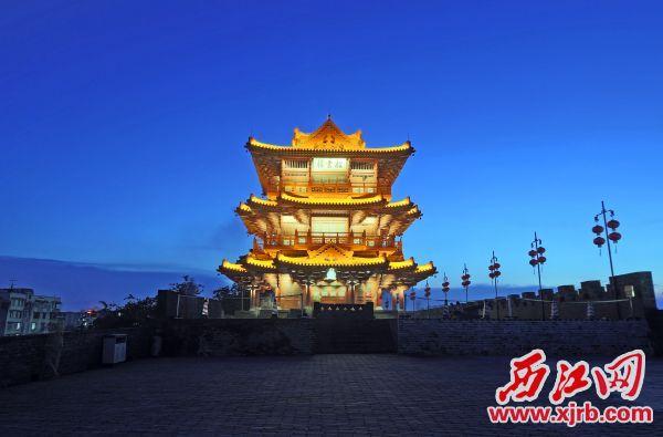 如今的宋城墙披云楼夜色。 西江日报记者 刘春林 摄