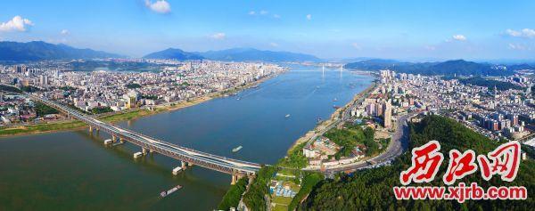 """大桥飞架南北,交通快速便捷,沟通起""""一江两岸""""城市发展。 西江日报记者 梁小明 摄"""