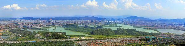 新世纪娱乐:城区山、湖、城、江融为一体。西江日报记者 刘春林 摄--