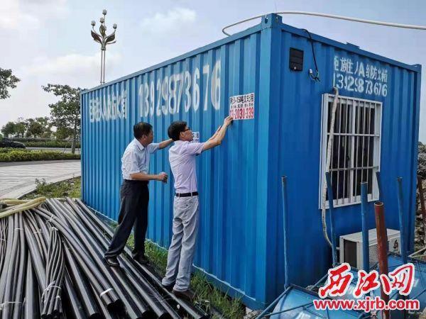 网格员在清理小广告。 西江日报通讯员供图
