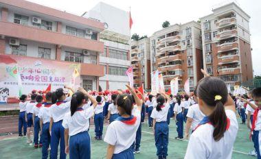 爭當護旗手 唱響愛國情