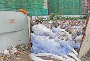 鸿景悦园小区门前围挡藏垃圾