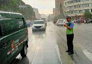 開學日交警 雨中執勤保暢通