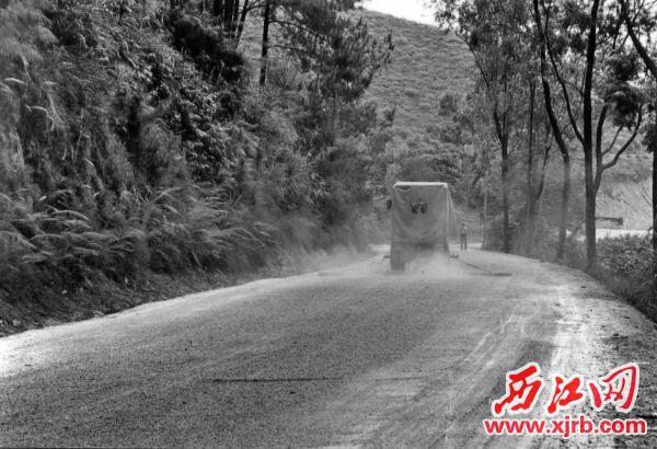 5、上世纪九ㄨ十年代初, 改造前的321国道☆沙土路。资料图片