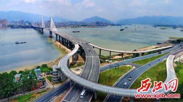 2、2017年8月8日,随着阅江大桥的通车,肇庆一江两岸的交通更加便捷,城市融合发展的步伐加快。西江