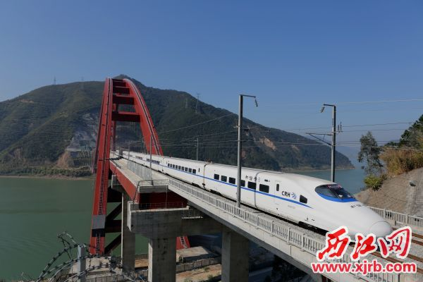 南广高铁列车驶过西江。刘春林 摄