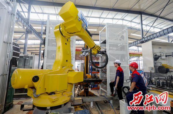 动力金属的技术工人正在对智能机械手臂进行调试。 王振宇 摄