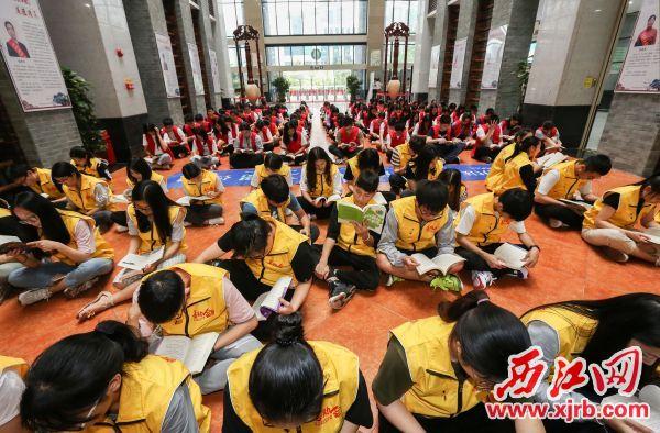 市图书馆组织学生阅读书籍。 西江日报记者 梁小明 摄