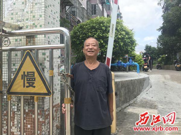 """小区""""守门神""""何小伍。 西江日报记者 潘粤华 摄"""