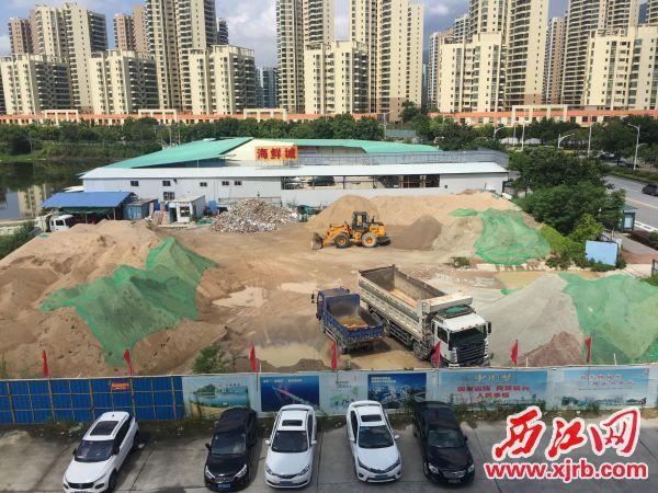 ▲沙场附近有酒店、幼儿园和居民楼。 西江日报记者 杨永新 摄
