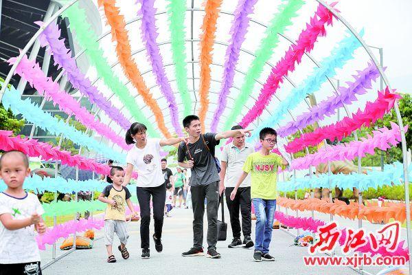 市民游客在肇庆新区体育中心恐龙主题公园参观游览。