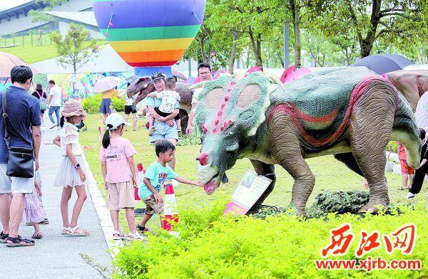 市民游客一睹史前生物恐龙。