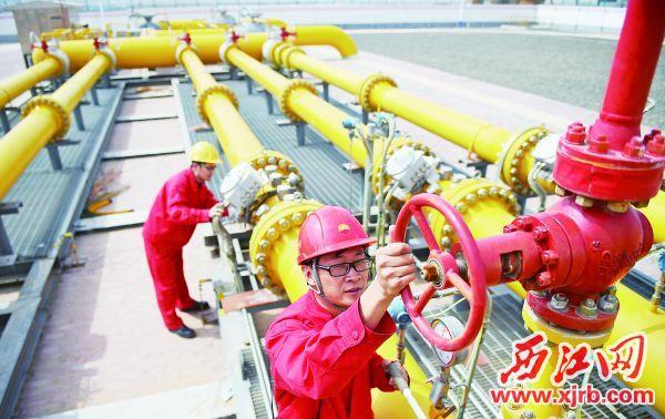 中石油西气东输管道公司 银川管理处的巡检人员对西气 东输中卫气压站内的管道、压 力表进行检查(2016年3月28日 摄)。  新华社