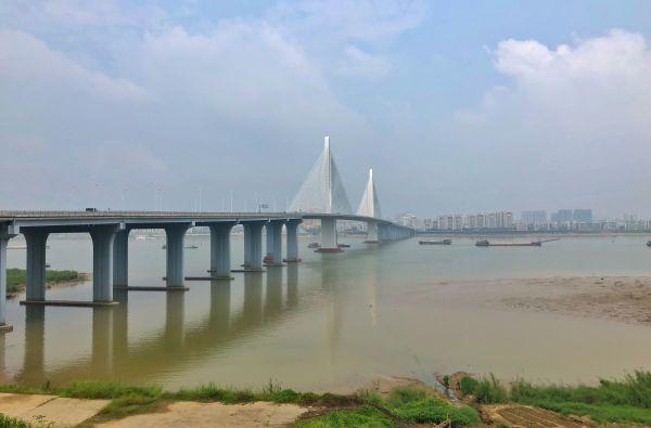 乘坐在车内眺望阅江大桥以及两岸风光。杨乐祺摄