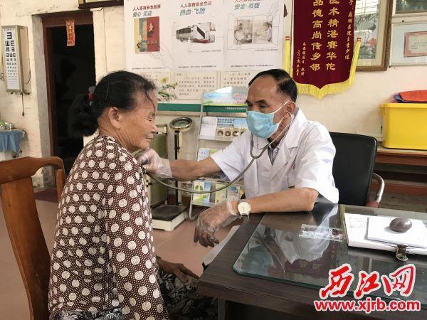 李少佳正在为村民看病。 西江日报记者 夏紫怡 摄