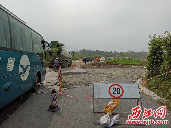 鄉道292線紫云大道轉入路段 已被挖平圍起來修補。 西江日報記者 吳威豪 攝