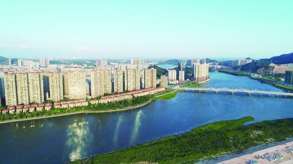 """四會市以綏江""""一河兩岸""""為核心全力打造粵港澳大灣區現代化高品質城市。      何洪鋒 攝"""