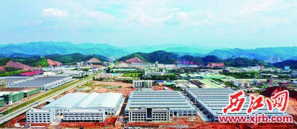 德庆工业园区一派热火朝天建设景象,园区项目建设快速推进。 西江日报通讯员 岑瑞青 摄